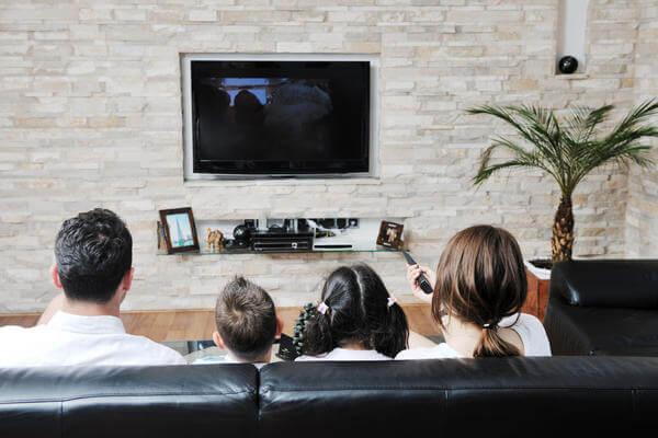 mendidik anak dari pengaruh negatif televisi