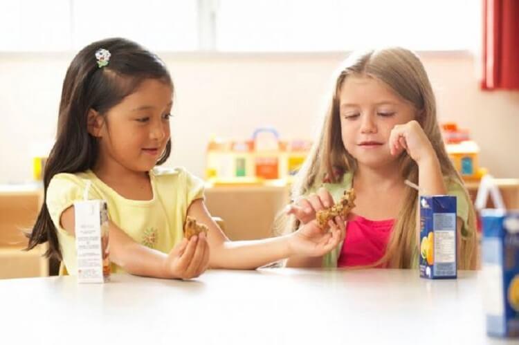 tips mendidik anak agar mau berbagi