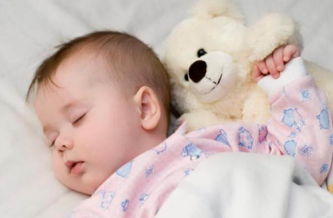 posisi tidur yang baik untuk bayi
