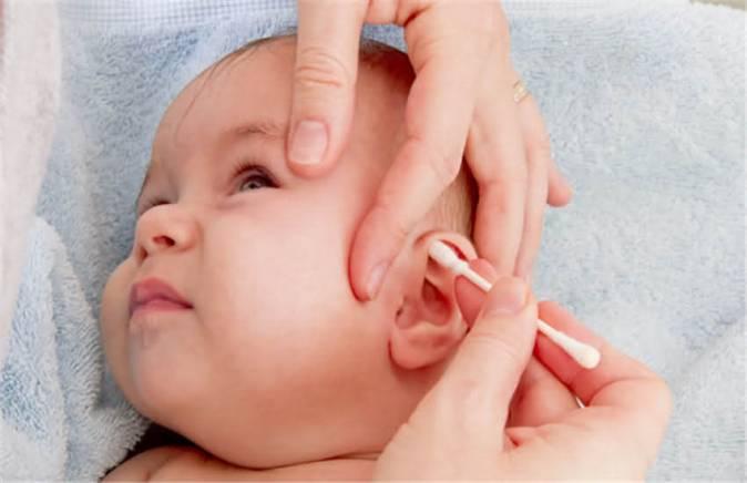 membersihkan telinga bayi